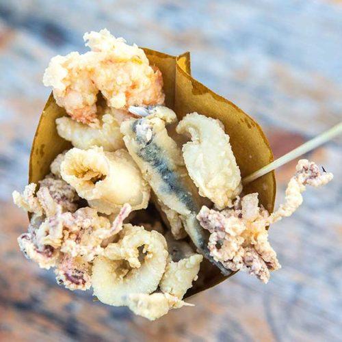 Scatto fotografico di un cono di fritto di pesce, foto di Mairo Cinquetti