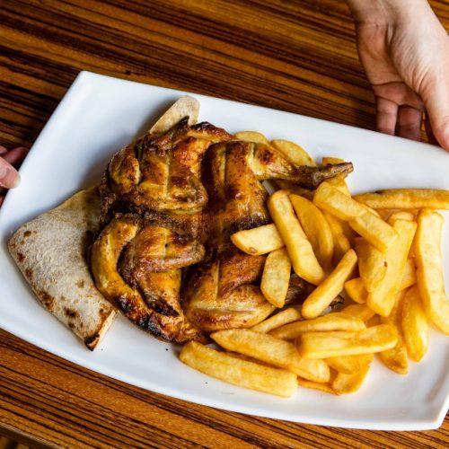 Foto di un galletto con patatine durante un servizio fotografico per ristoranti, foto di Mairo Cinquetti