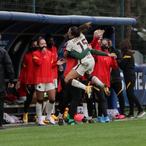 La Roma festeggia un gol durante il match tra Inter e Roma femminile a Milano, foto di Mairo Cinquetti