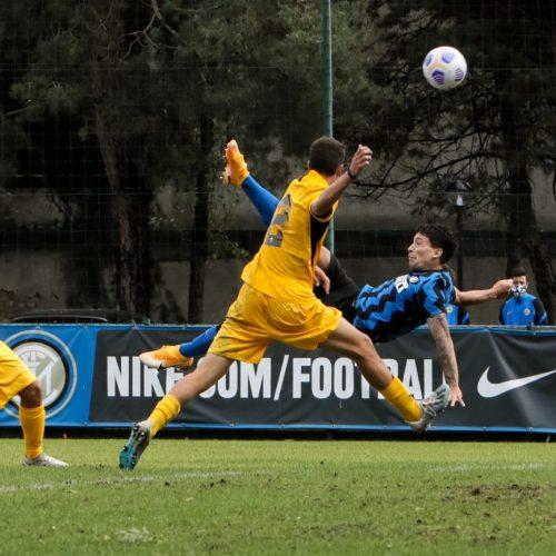 Niccolo Squizzato in rovesciata durante Inter Ascoli U19 a Milano, foto di Mairo Cinquetti