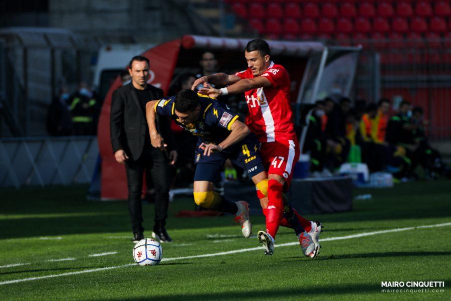 Dany Mota Carvalho of Monza contends the ball with Marcos Curado of Frosinone Calcio during Serie B match between Monza vs Frosinone at Stadio Brianteo, Monza, November 07 2020